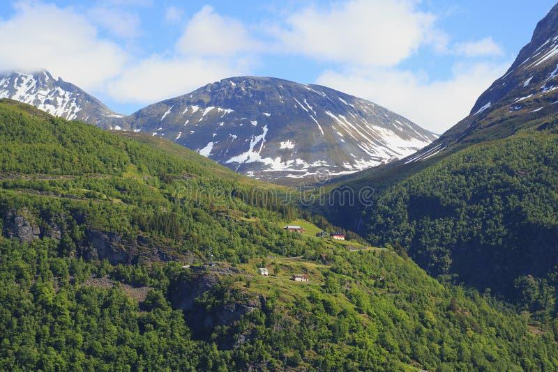 El pueblo en las montañas de Noruega fotografía de archivo