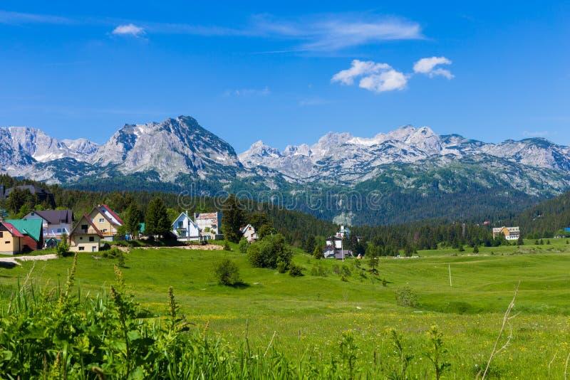 El pueblo en el pie de las montañas Unidad con la naturaleza fotos de archivo libres de regalías