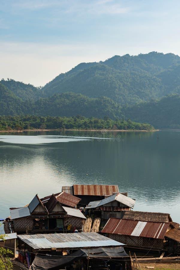 El pueblo flotante de la casa en el lago de Tailandia fotos de archivo libres de regalías