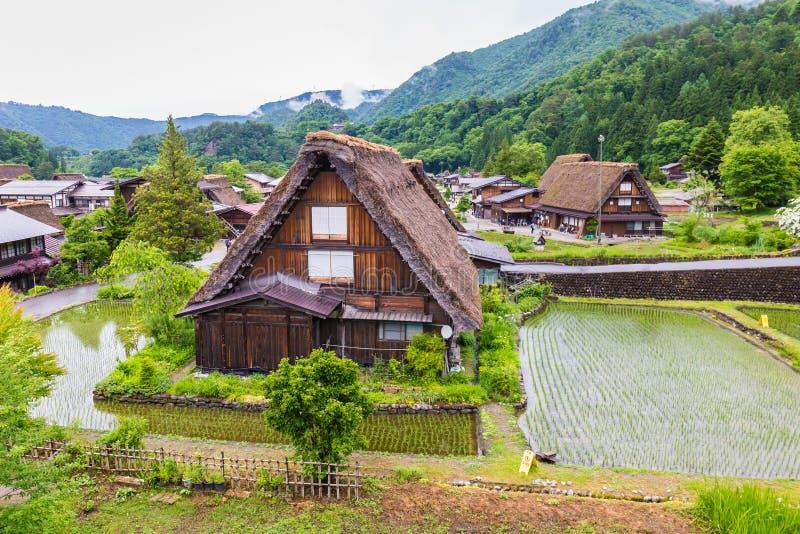 El pueblo japonés tradicional e histórico Shirakawago en la prefectura de Gifu Japón, Gokayama ha estado inscrito fotos de archivo