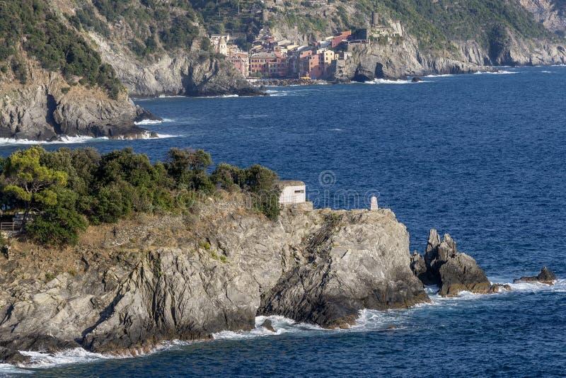 El pueblo maravilloso de Cinque Terre, Vernazza, visto de yegua del al del monterosso, La Spezia, Liguria, Italia fotos de archivo libres de regalías