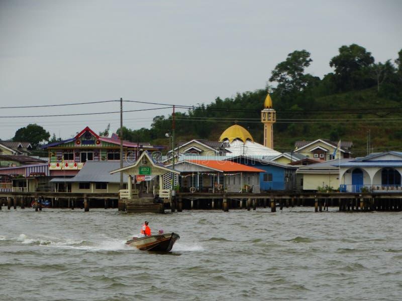 El pueblo o el Kampung Ayer - pueblo del agua en el agua en Bandar Seri Begawan, Brunei imagenes de archivo