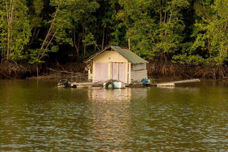 El pueblo pesquero flotante shack la casa en el agua de Krabi, Tailandia en Asia sudoriental imagen de archivo libre de regalías