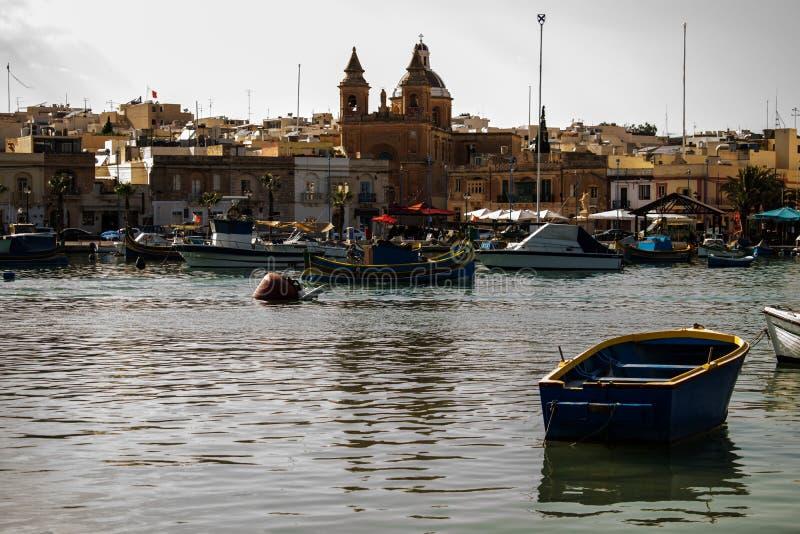 El pueblo pesquero tradicional de Marsaxlokk en Malta imagen de archivo libre de regalías