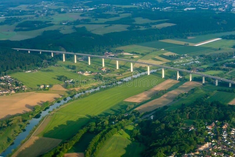 El pueblo y el puente sobre el río la visión desde arriba de la troposfera imagenes de archivo