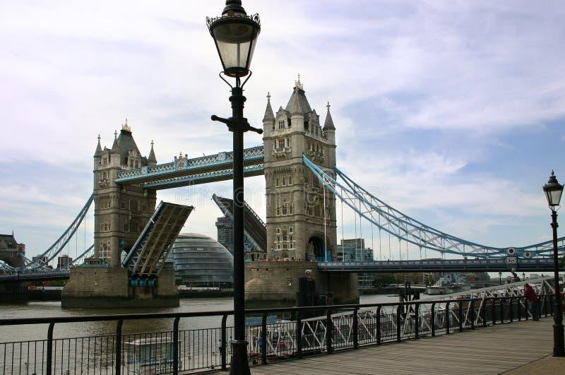 El puente abierto de la torre - Londres - Inglaterra imagenes de archivo