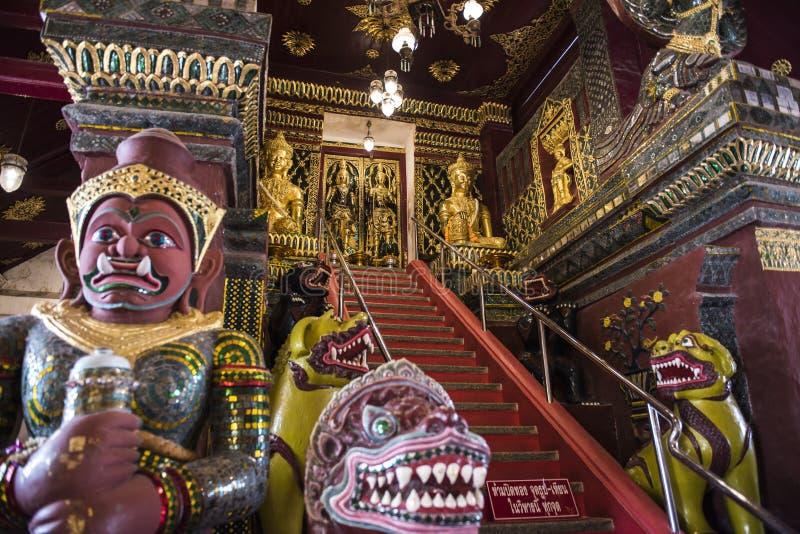 El puente al cielo en templo tailandés imagen de archivo