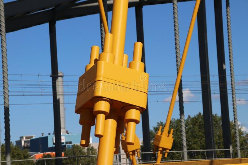El puente amarillo brillante nombró Hogeweidebrug sobre el canal del Amsterdam-Rin en Utrecht para el tráfico y Vleutenspoorbrug  foto de archivo libre de regalías
