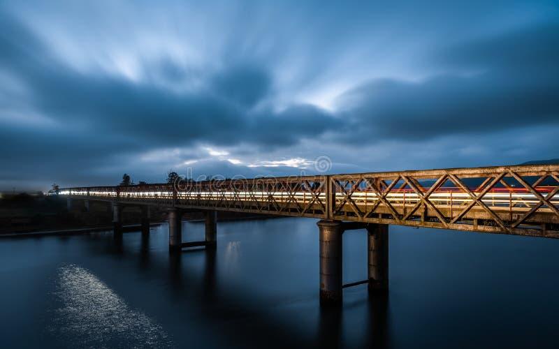 El puente azul de la hora con la luz se arrastra sobre el puente de Gamtoos imagenes de archivo