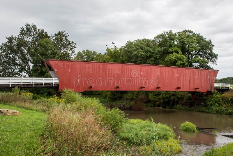 El puente cubierto del Hogback icónico que atraviesa el río del norte, Winterset, Madison County, Iowa fotos de archivo