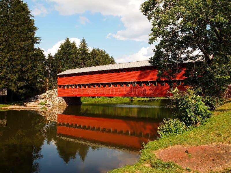 El puente cubierto y la reflexión de Sauck fotos de archivo