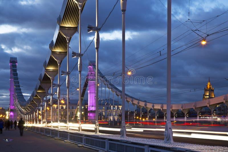 El puente de acero de Krymsky de la suspensión en la noche en Moscú fotos de archivo