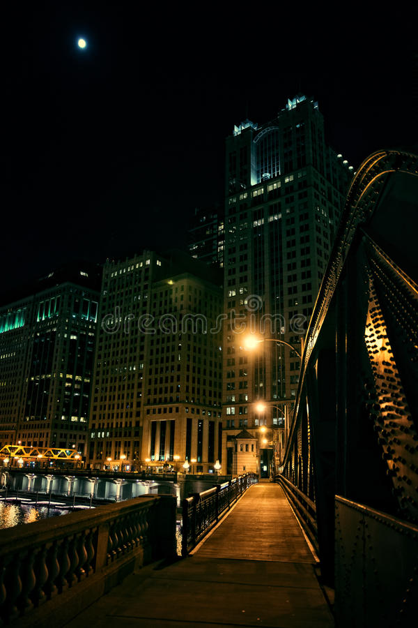 El puente de acero y el río de la ciudad oscura promenade en la noche en Chicago fotos de archivo