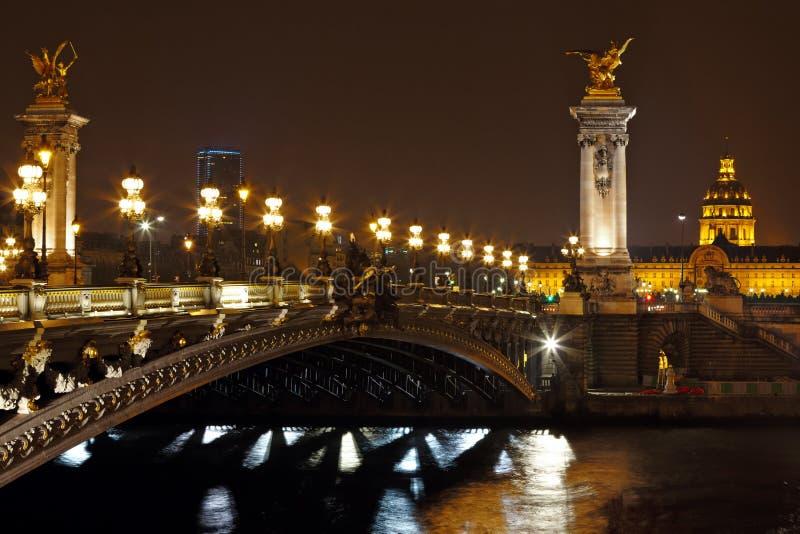 El puente de Alejandro III en la noche en París, Francia foto de archivo