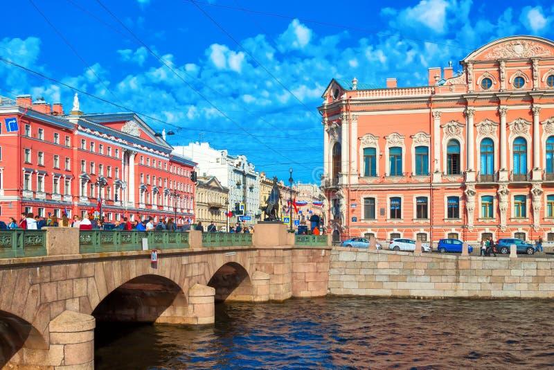 El puente de Anichkov a través del río de Fontanka Vista de la avenida de Nevsky en St Petersburg, Rusia imagen de archivo