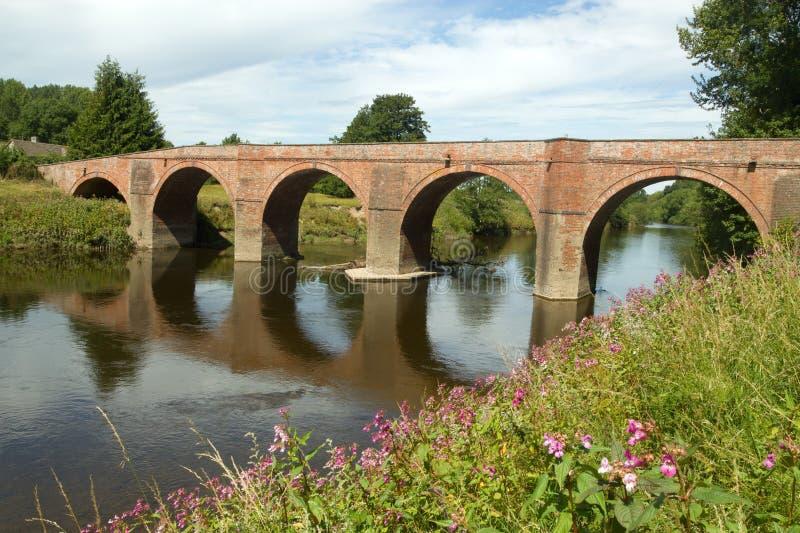 El puente de Bredwardine sobre la horqueta del río. imagenes de archivo
