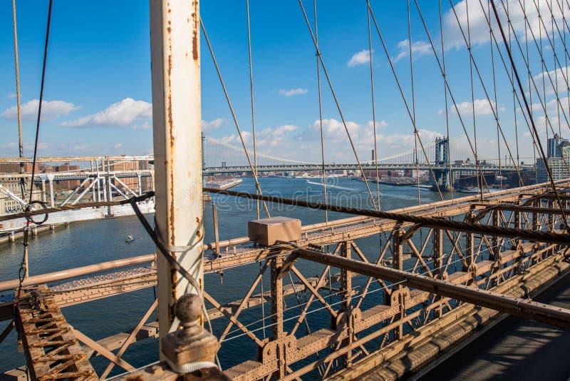 El puente de Brooklyn en Nueva York en verano brillante imagen de archivo