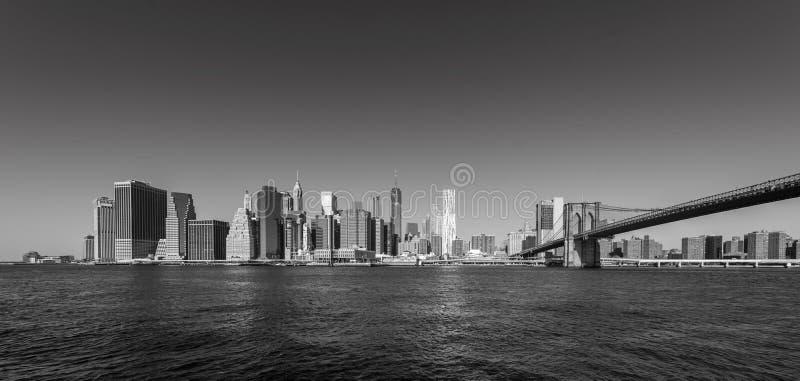 El puente de Brooklyn y el panorama del horizonte del Lower Manhattan del puente de Brooklyn parquean el riverbank, New York City imagen de archivo