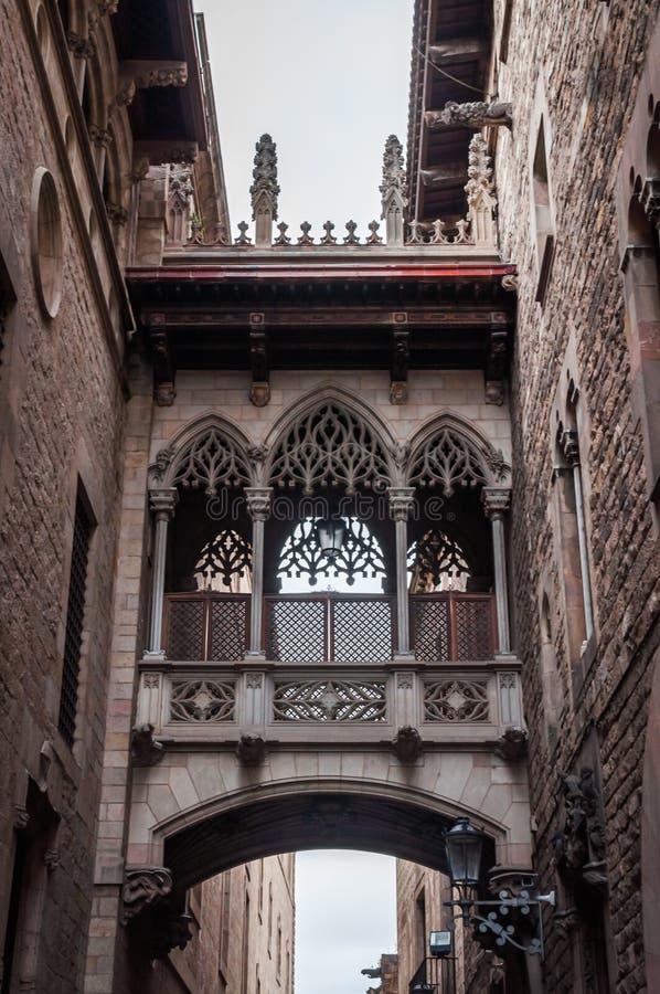 El puente de Carrer del Bisbe en Barcelona fotografía de archivo