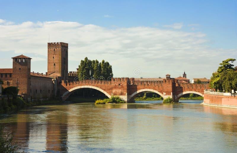 El puente de Castelvecchio en Verona imagenes de archivo