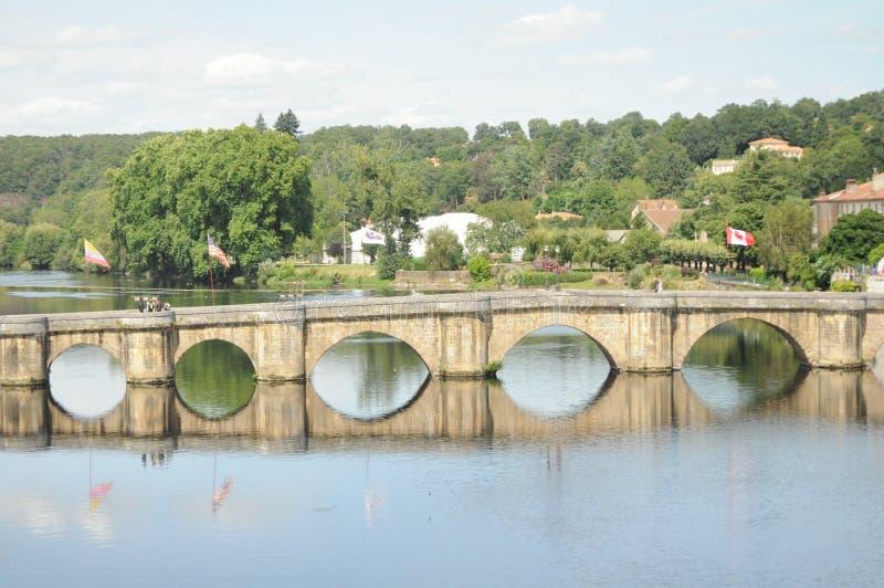El puente de Confolens foto de archivo