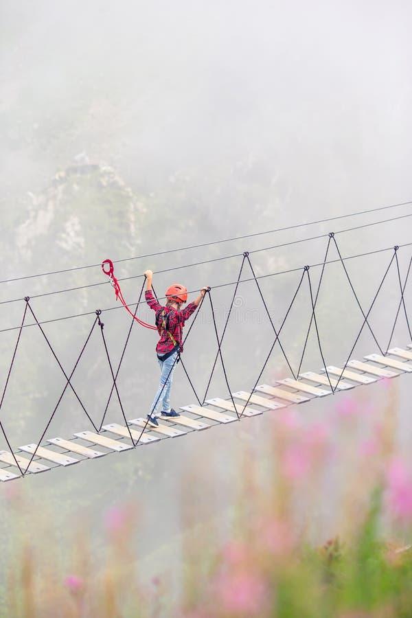 El puente de cuerda en el top de la montaña de Rosa Khutor, Rusia fotos de archivo