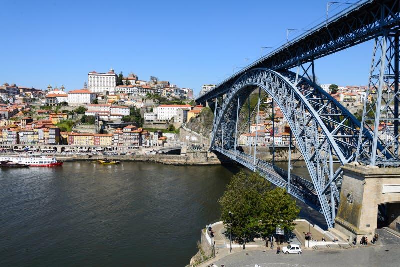 El puente de Dom Luis conecta las ciudades de Oporto y de Vila Nova de Gaia en Portugal fotografía de archivo