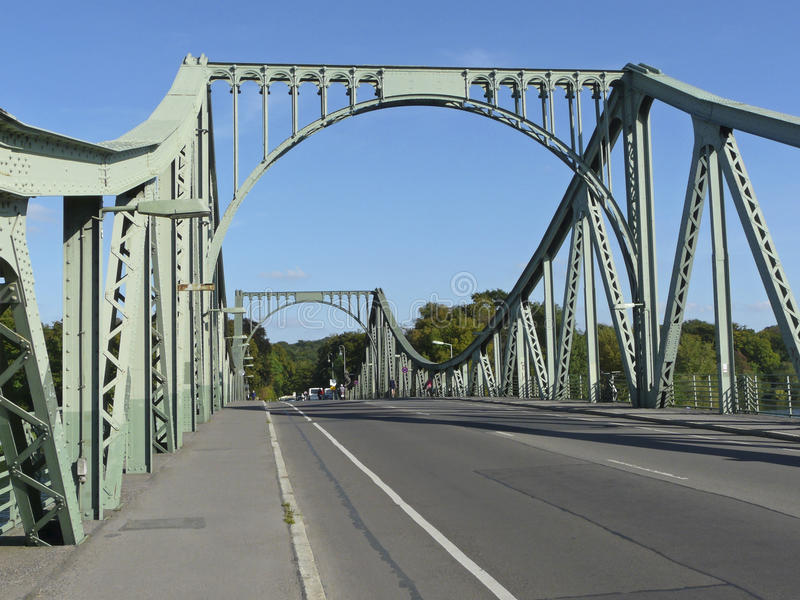 El puente de Glienicke entre Berlín y Potsdam imagenes de archivo