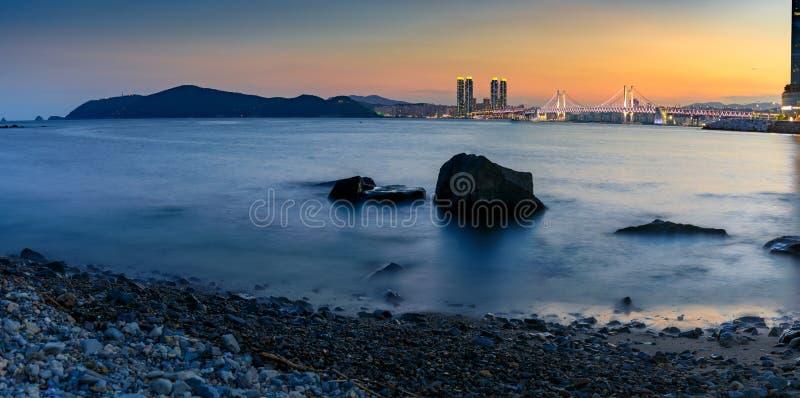 El puente de Gwangan se enciende para arriba y el cielo crepuscular hermoso, puesta del sol en Haeundae en la ciudad de Busán imágenes de archivo libres de regalías