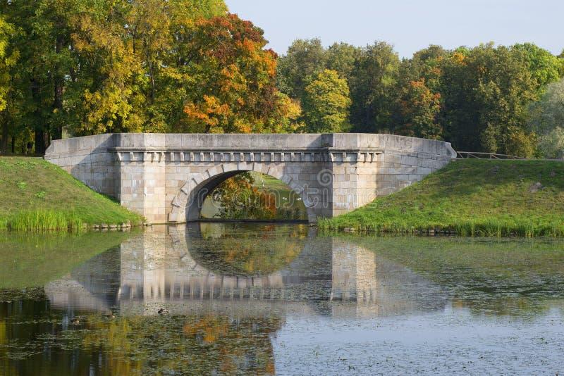 El puente de Karpin Parque del palacio de Gatchina Región de Leningrad, Rusia foto de archivo libre de regalías