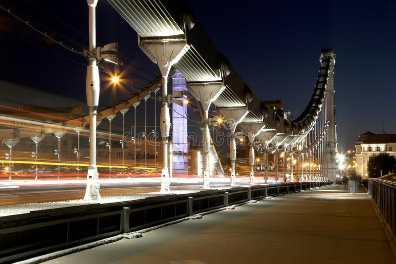 El puente de Krymsky o la noche crimea del puente es puente colgante de acero en Moscú, Rusia fotos de archivo libres de regalías
