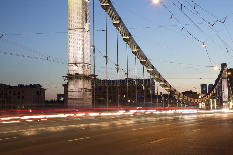 El puente de Krymsky o la noche crimea del puente es puente colgante de acero en Moscú, Rusia fotos de archivo