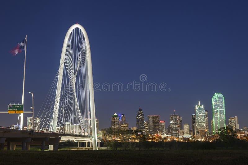El puente de la colina de la caza de Margaret y la Dallas céntrica en la noche en Tejas foto de archivo libre de regalías