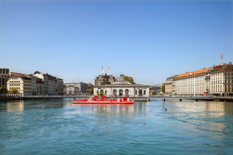 El puente de la máquina sobre el río Rhone en Geneve foto de archivo libre de regalías