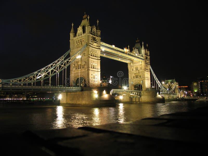 El puente de la torre en Londres, noche imágenes de archivo libres de regalías
