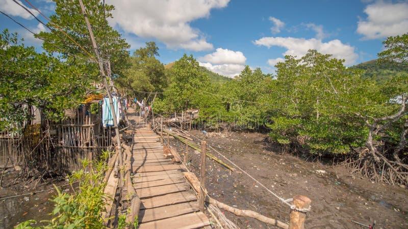 El puente de las placas en el distrito pobre de la ciudad de Coron Busuanga Vistas de los tugurios del ` s de la ciudad del río foto de archivo