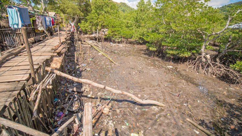 El puente de las placas en el distrito pobre de la ciudad de Coron Busuanga Vistas de los tugurios del ` s de la ciudad del río fotos de archivo