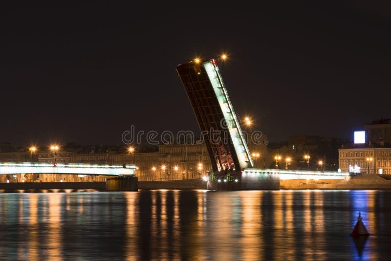 El puente de Liteyny en la noche en St Petersburg imagenes de archivo