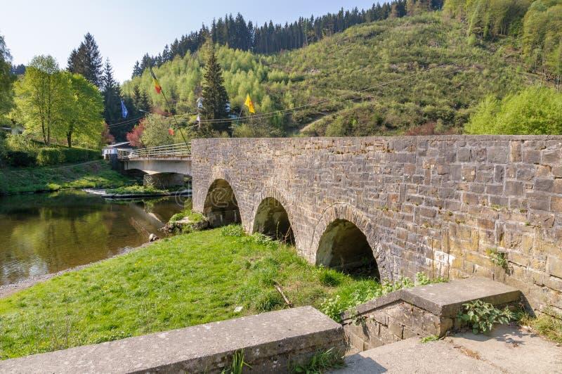 El puente de Maboge que cruza el río Ourthe cerca de Roche-en-Ardenne del La, Bélgica imagenes de archivo