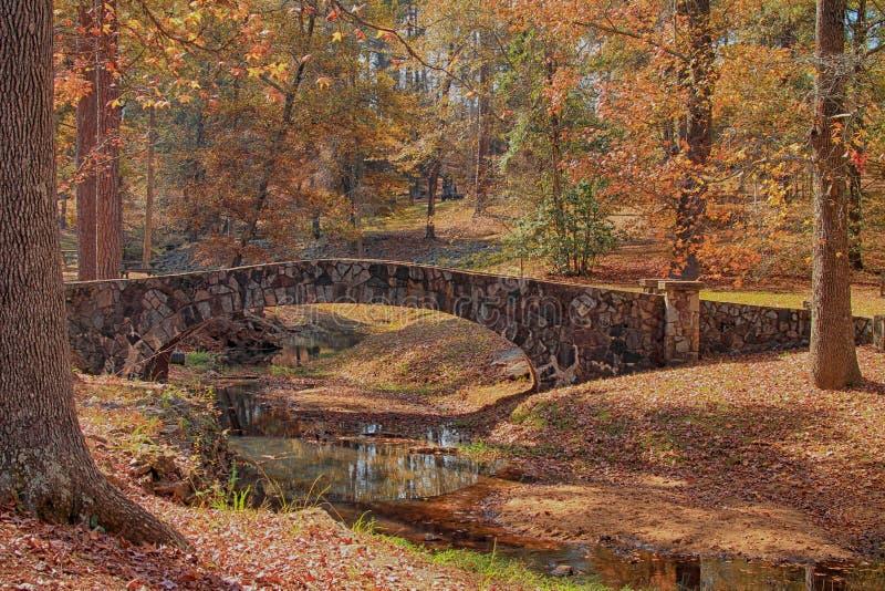 El puente de piedra en el parque plano de la roca foto de archivo libre de regalías