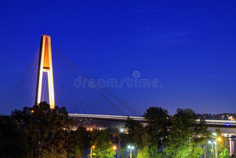 El puente de Skytrain con la luz del skytrain se arrastra en la hora azul foto de archivo