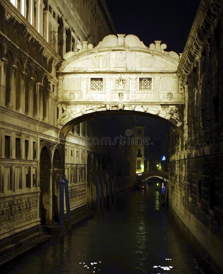 El puente de suspiros por el reflector, Venecia foto de archivo