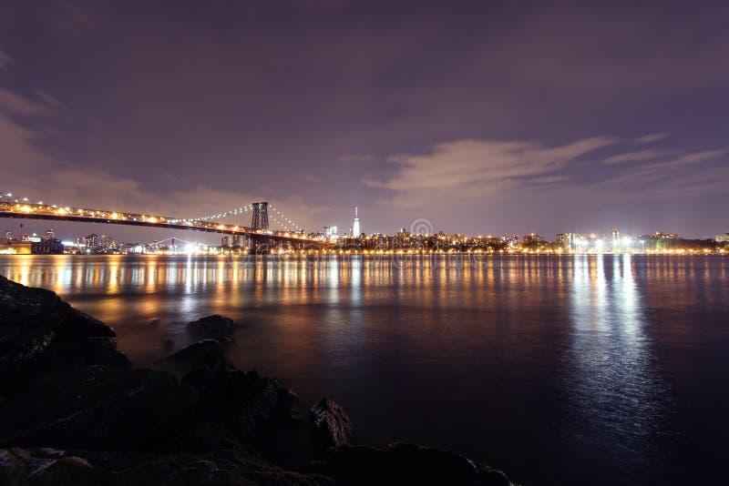 El puente de Williamsburg y el horizonte de Manhattan en Nueva York foto de archivo libre de regalías