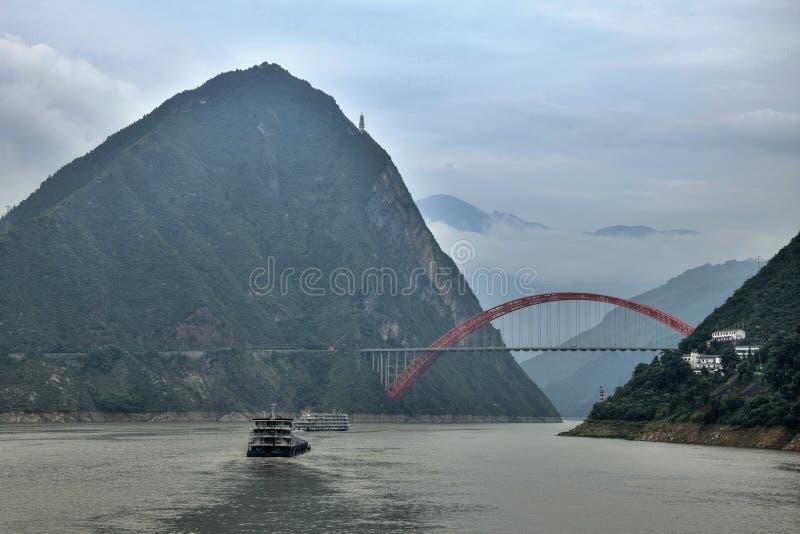 El puente de Wushan el río Yangzi en el Three Gorges de Chongqing en China imagen de archivo libre de regalías