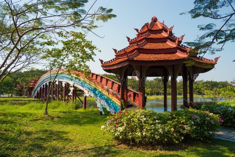 El puente del arco iris y la pagoda foto de archivo