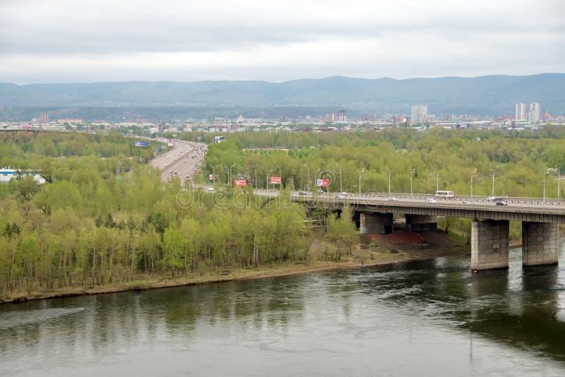 El puente 1986 del auto-peatón de octubre a través del río Yeniséi en la ciudad de Krasnoyarsk Región de Krasnoyarsk Rusia fotografía de archivo