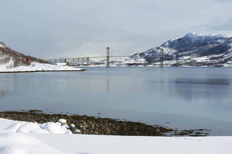 El puente del camino de la suspensión de Tjeldsund, condado de Troms, Noruega imagenes de archivo