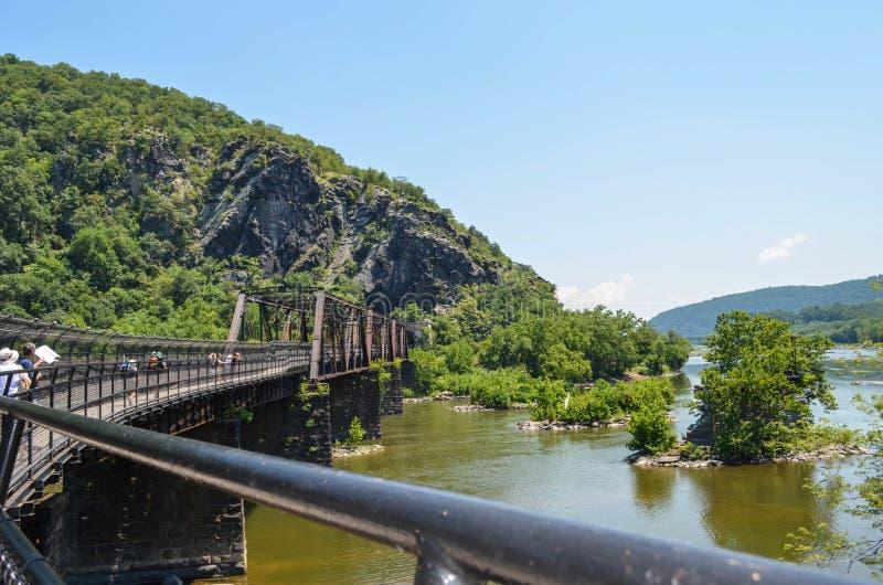 El puente del ferrocarril de B&O en el transbordador Virginia Occidental de los Harpers permite el pasajero y el tráfico del tren foto de archivo