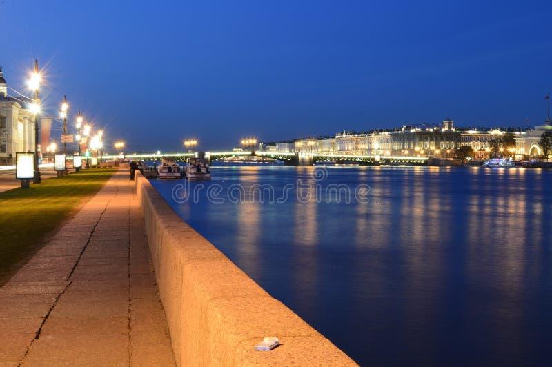 El puente del palacio en las noches blancas foto de archivo