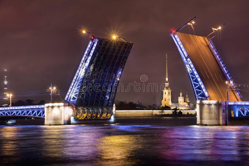 El puente del palacio en St Petersburg Opinión Peter y Paul Cathedral a través del puente fotografía de archivo